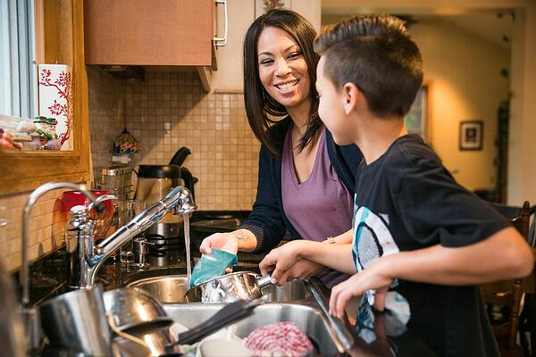 family-time-in-the-kitchen_925x